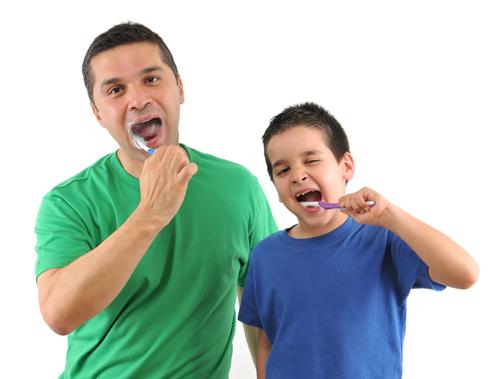 Zaehneputzen-Papa-Sohn